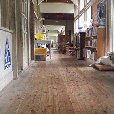 田舎の廃校になった木造校舎を使ってて、スペースはとにかく広い。